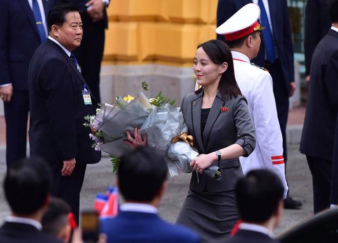 Trước đó, bà đã nhận lại hoa - Tổng Bí thư, Chủ tịch nước Nguyễn Phú Trọng tặng Chủ tịch Kim Jong-un - từ tay anh trai.