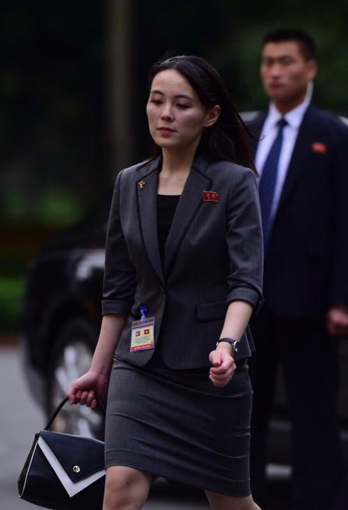 Bà Kim Yo-jong được đánh giá là bóng hồng quyền lực ở Triều Tiên, thường xuyên tháp tùng anh trai ở hàng loạt sự kiện lớn nhỏ như thượng đỉnh liên Triều, thượng đỉnh Mỹ Triều lần 1 và thượng đỉnh lần 2 và thăm chính thức Việt Nam. Ảnh: Tuấn Mark