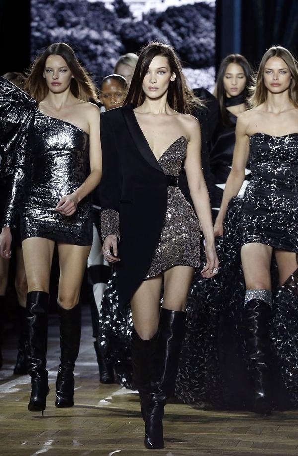 Mặc dù bị ốm sốt nhưng siêu mẫu vẫn giữvững phong độ khi sải bước trên sàn catwalk.