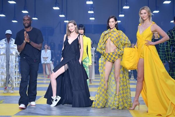 Show diễn Off-White Thu/Đông 2019 còn có sự góp mặt của chị gái Bella - Gigi Hadid và siêu mẫu Karlie Kloss.