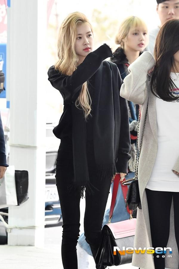 Ở lần xuất hiện này, dù chỉ diện trang phục tuyền màu đen đơn giản songRosé vẫn gây sự chú ý với vẻ sang chảnh cùng thần tháikhó cưỡng. Mái tóc vàng để lệch một bên càng khiến nhan sắc của cô nàngthêm phần thăng hoa.