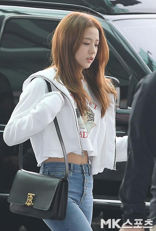 Jisoo đẹp rực rỡ, khoe nhan sắc nữ thầnvà body nuột nà tại sân bay