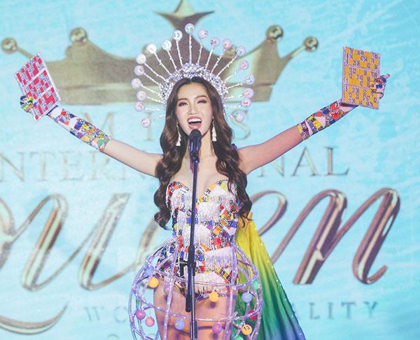 Đỗ Nhật Hà tỏa sáng với trang phục dân tộc tại Miss International Queen 2019 0