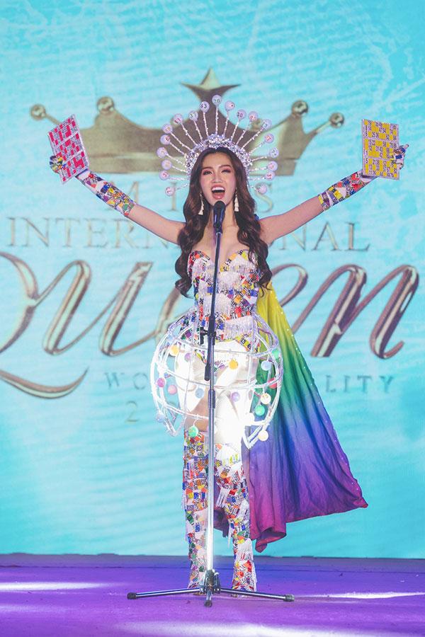 Đỗ Nhật Hà tỏa sáng với trang phục dân tộc tại Miss International Queen 2019 1