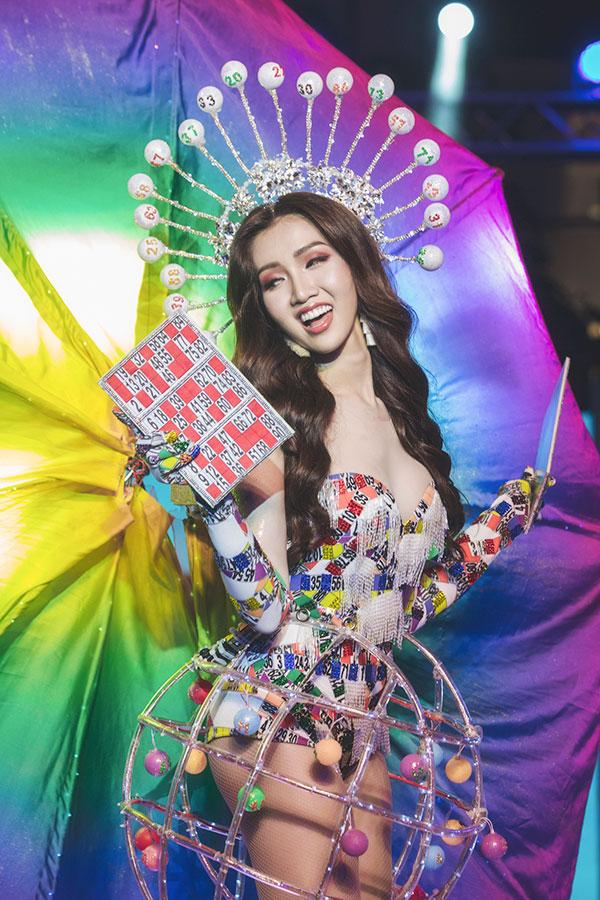 Đỗ Nhật Hà tỏa sáng với trang phục dân tộc tại Miss International Queen 2019 2