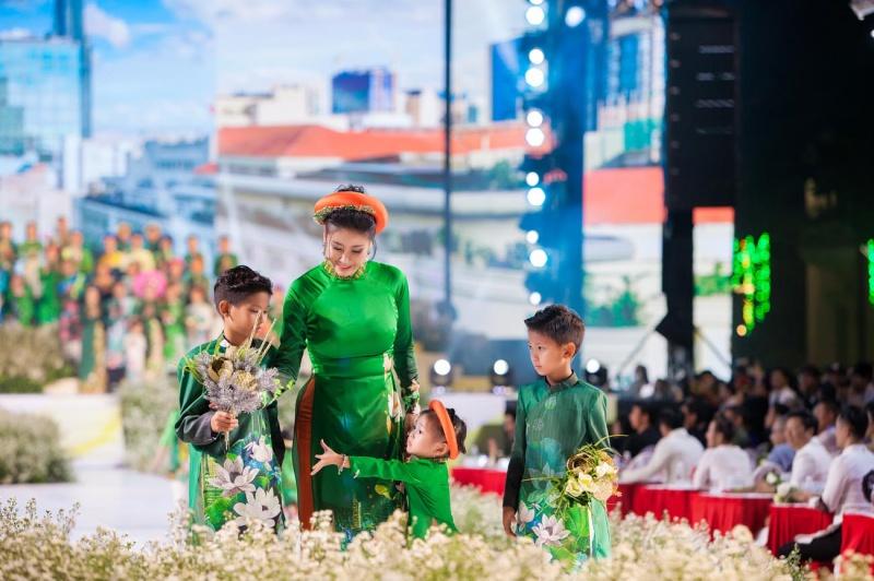Các nhóc tỳ nhà Hà Kiều Anh, Hoàng Bách, Mai Thu Huyền cànquét sàn catwalk 0