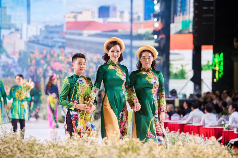 Các nhóc tỳ nhà Hà Kiều Anh, Hoàng Bách, Mai Thu Huyền cànquét sàn catwalk 2