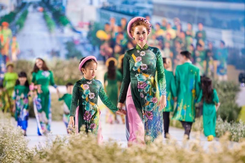 Các nhóc tỳ nhà Hà Kiều Anh, Hoàng Bách, Mai Thu Huyền cànquét sàn catwalk 5