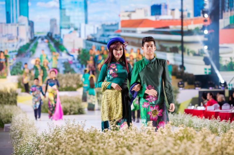 Các nhóc tỳ nhà Hà Kiều Anh, Hoàng Bách, Mai Thu Huyền cànquét sàn catwalk 8