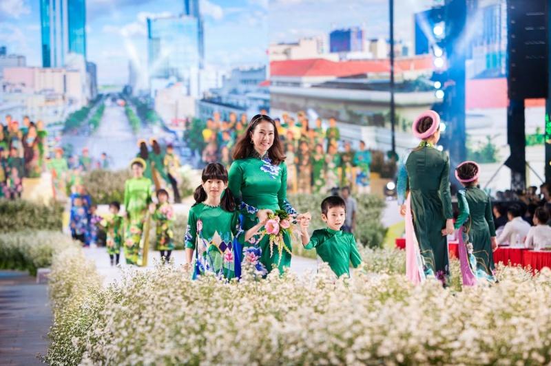 Các nhóc tỳ nhà Hà Kiều Anh, Hoàng Bách, Mai Thu Huyền cànquét sàn catwalk 7