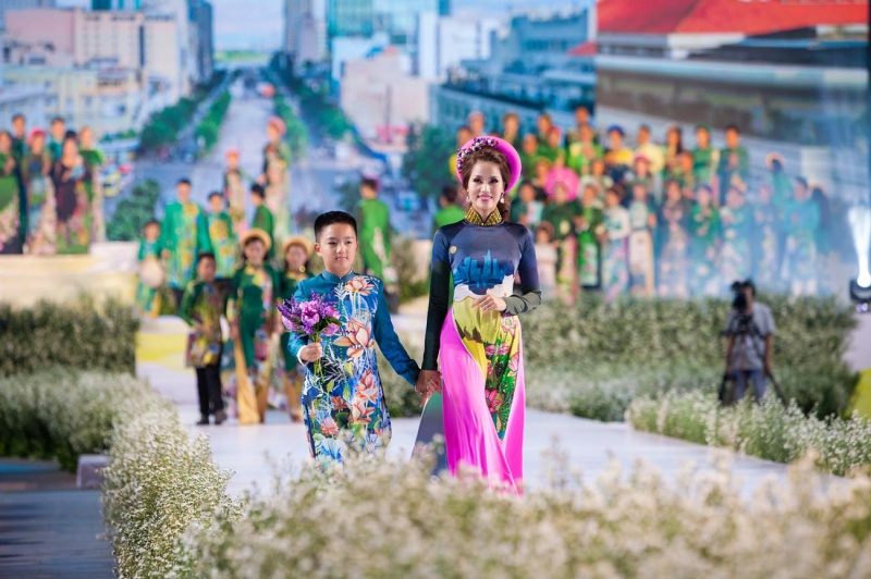 Các nhóc tỳ nhà Hà Kiều Anh, Hoàng Bách, Mai Thu Huyền cànquét sàn catwalk 9