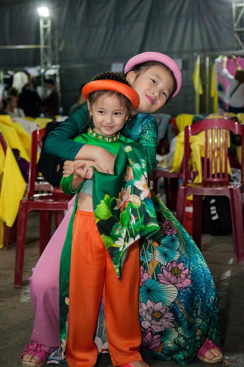 Các nhóc tỳ nhà Hà Kiều Anh, Hoàng Bách, Mai Thu Huyền cànquét sàn catwalk 12