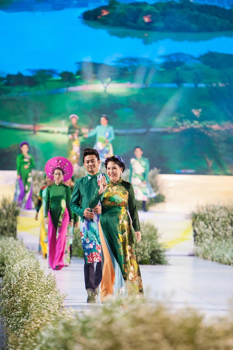 Các nhóc tỳ nhà Hà Kiều Anh, Hoàng Bách, Mai Thu Huyền cànquét sàn catwalk 13