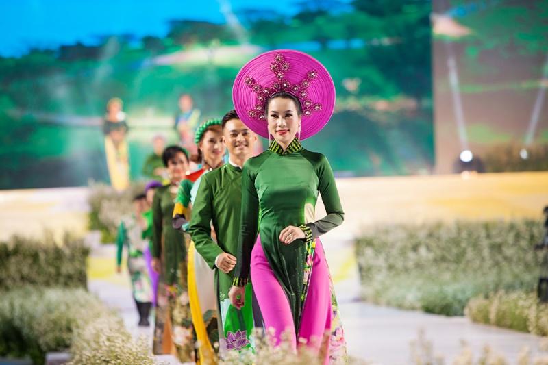 Các nhóc tỳ nhà Hà Kiều Anh, Hoàng Bách, Mai Thu Huyền cànquét sàn catwalk 14