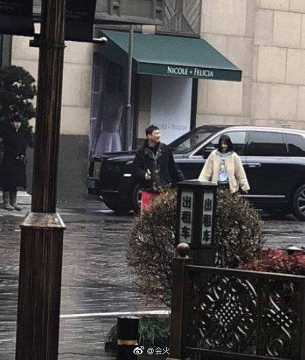 Hình ảnh Vương Tư Thông hẹn hò với một cô gái được cho là rất giống Chu Khiết Quỳnh
