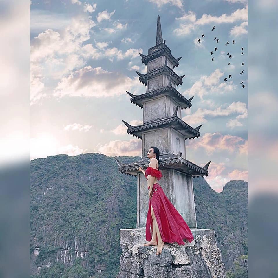 Nhiều người đẹp khác cũng có những bức ảnh lưu lại kỉ niệm tại đây với trang phục gợi cảm.