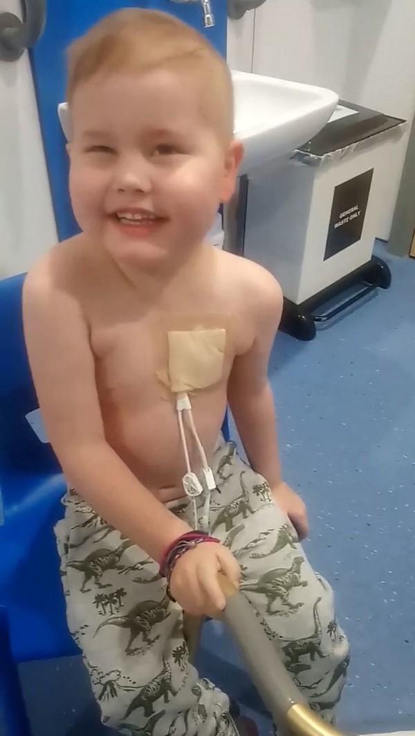 Bé Oscar Saxelby-Lee bị chẩn đoán mắc bệnh ung thư bạch cầu ác tính.