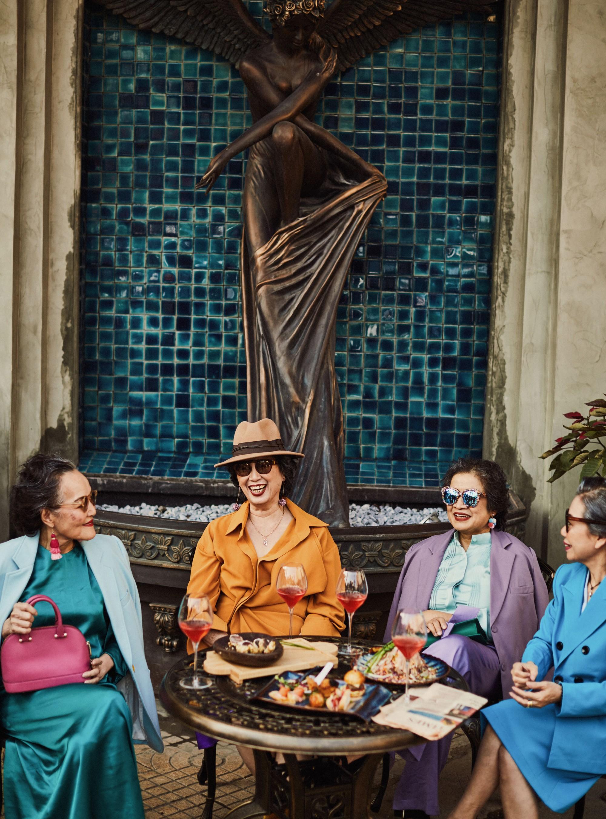 Bộ ảnh 4 người bạn thân khi về già vẫn xinh đẹp lộng lẫy, hạnh phúc bên nhau khiến bao chị em ghen tị ngày 8/3 3
