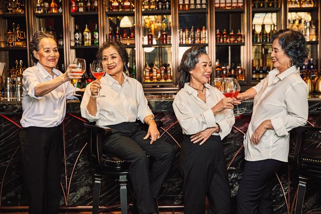 Bộ ảnh 4 người bạn thân khi về già vẫn xinh đẹp lộng lẫy, hạnh phúc bên nhau khiến bao chị em ghen tị ngày 8/3 9