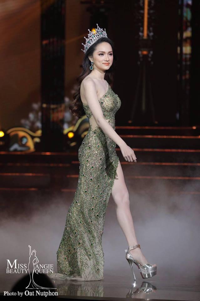 Hương Giang xuất hiện trình diễn những bước đi cuối cùng trên sân khấu với vai trò Đương kim Hoa hậuChuyển giới Quốc tế.