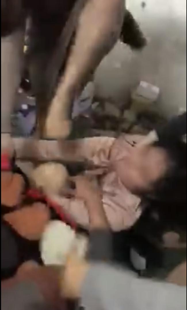 Bắt quả tang chồng trên giường với gái trẻ vào đúng 8/3, vợ phẫn uất lao vào đánh ghen dã man: 'Mày có biết nó 2 con rồi không?' 0