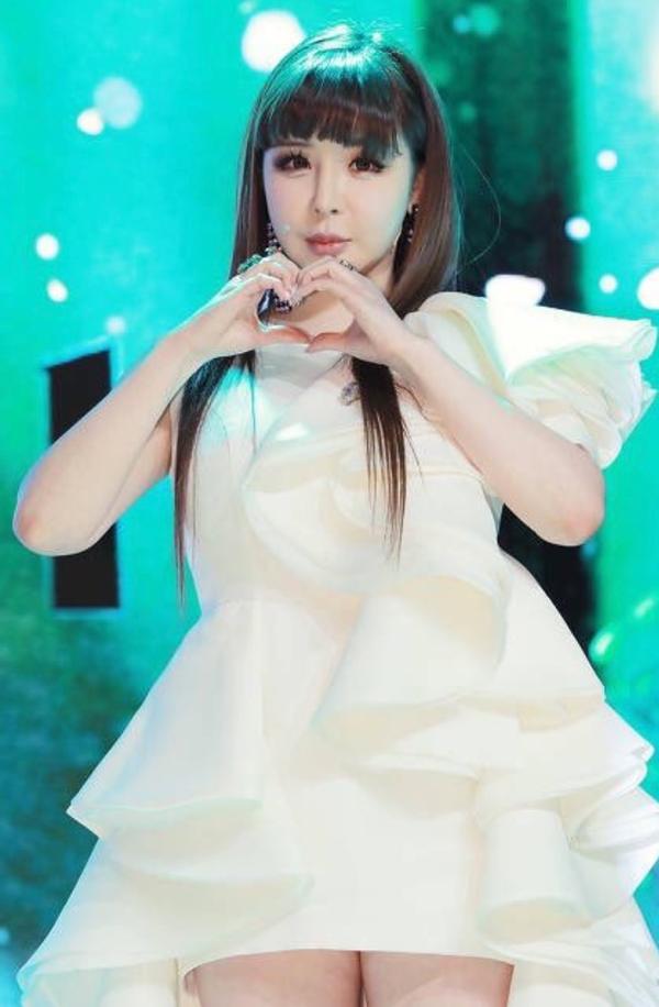 Park Bom lần đầu tiên xuất hiện trước công chúng sau 5 năm ở ẩn, bị mất ngủ vì lo lắng cho MV mới 0