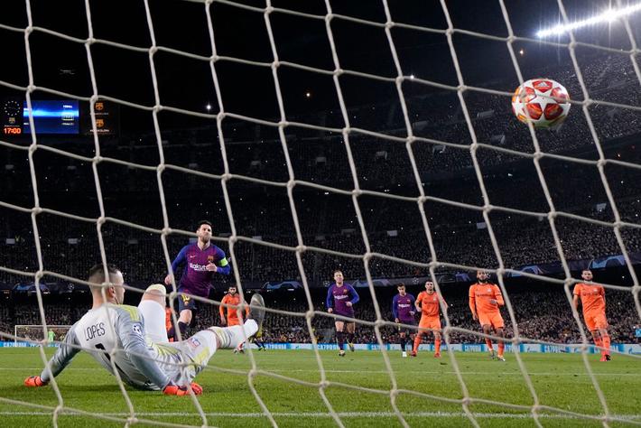 Messi đá penalty thành công.