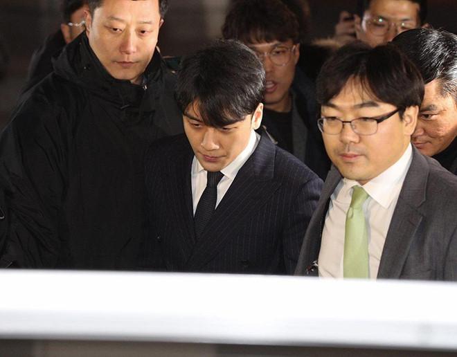 Phiên thẩm vấn đầu tiên: Seungri nộp đơn hoãn nhập ngũ, Jung Joon Young nộp điện thoại mới dùng 2 tuần 1