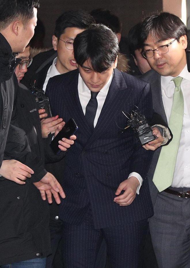 Cựu thành viên Big Bangmệt mỏi xuất hiện sau 16 tiếng bị cảnh sát thẩm vấn.