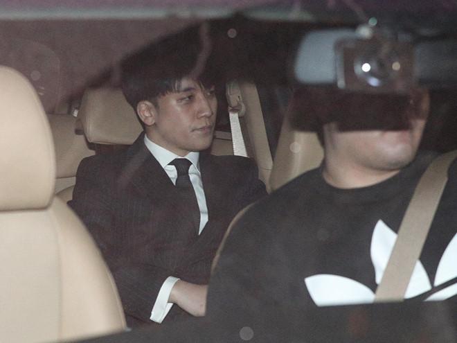 Sau nhiều giờ liền làm việc,Seungri di chuyển về nhà bằng xe riêng với vẻ mặt rất buồn bã.