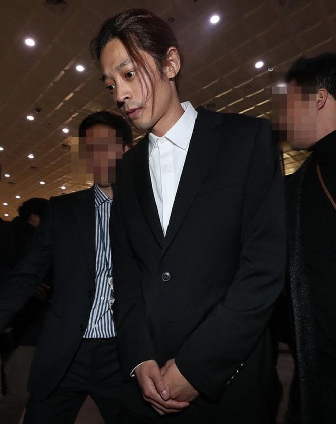 Jung Joon Young bước ra khỏi sở cảnh sát sau 21 tiếng đồng hồ trình diện để chịu sự điều tra, anh liên tục cúi đầu xin lỗi.