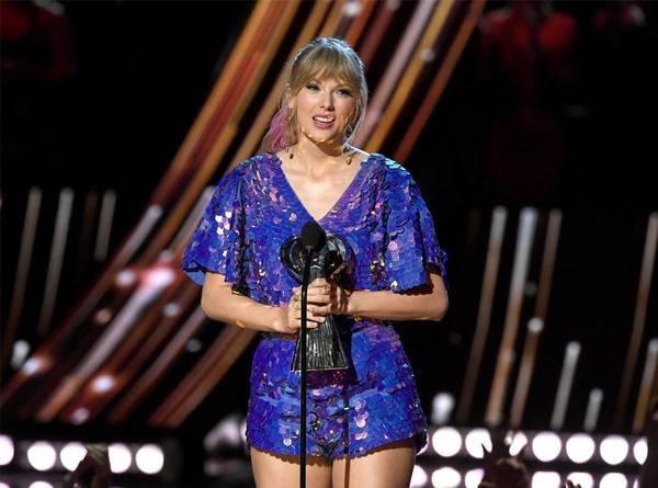 Nhận giải Tour diễn của năm, Taylor Swift 'đá đểu' truyền thông trên sân khấu 0