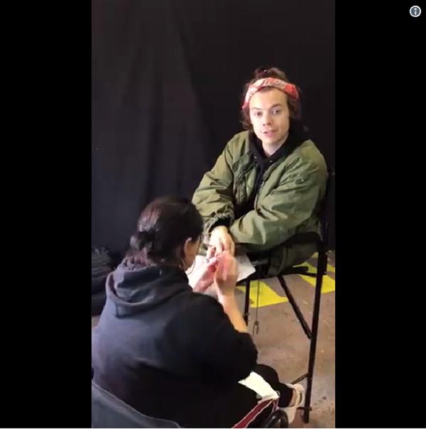 Harry Styles vừa sơnmóng tay, vừa nói lời cảm ơn cho giải thưởng mới nhận.