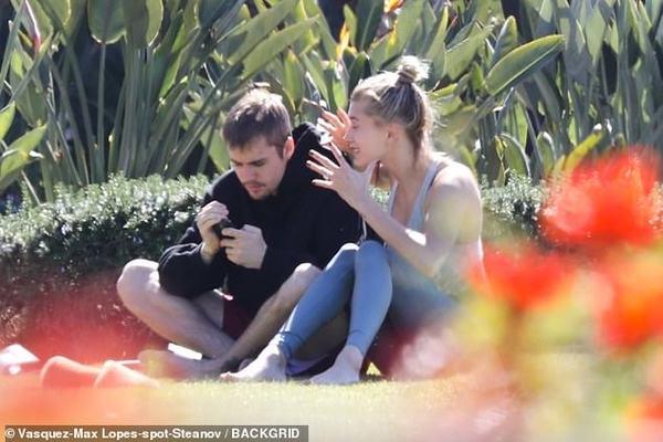 Hailey Baldwin bất đồng quan điểm với Justin Bieber ngay tại công viên.