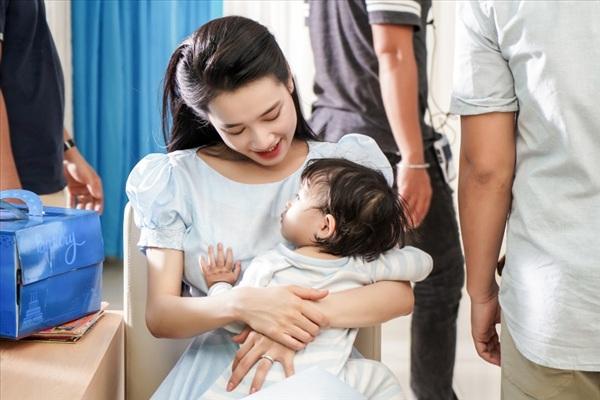 Nhã Phương khéo léo chăm em bé trong hậu trường 0
