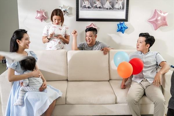 Nhã Phương khéo léo chăm em bé trong hậu trường 2