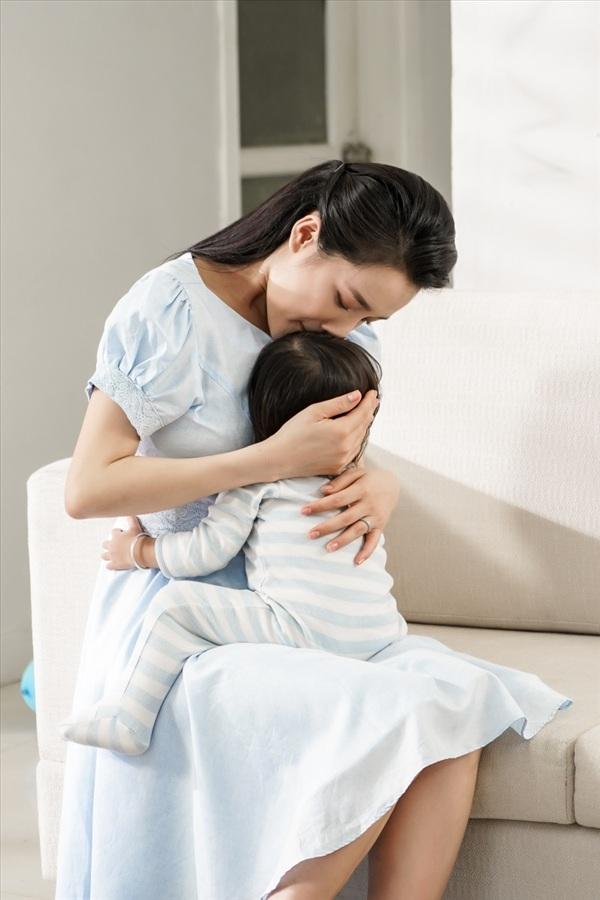 Nhã Phương khéo léo chăm em bé trong hậu trường 3