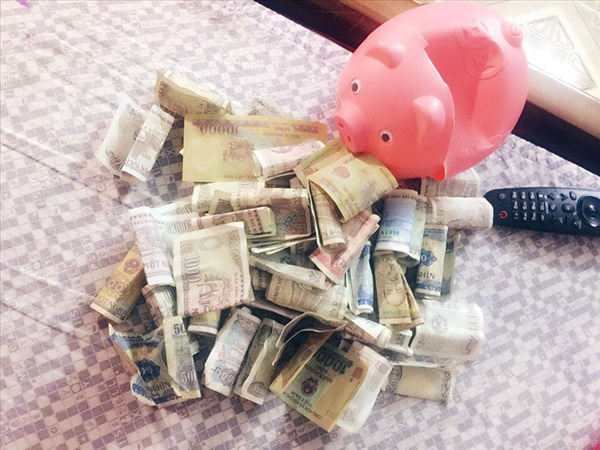 Hình ảnh chú lợn hồng vừa được khui vốn: toàn tờ 5k, 2k, 1k và có cả tờ 500 đồng