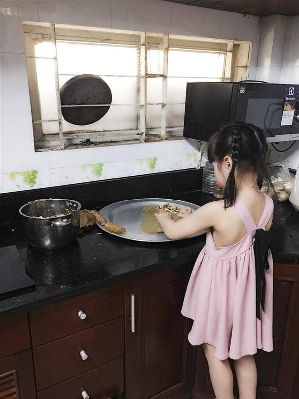 Nhóc tì này thi thoảng cũng vào bếp làm bánh cùng 'mami'