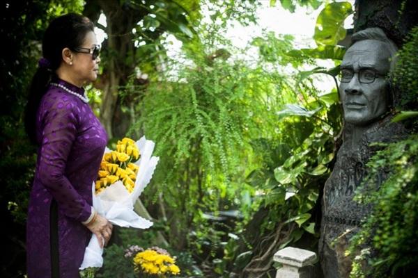 Danh ca Khánh Lyviếng thăm mộ nhạc sĩ Trịnh Công Sơn.