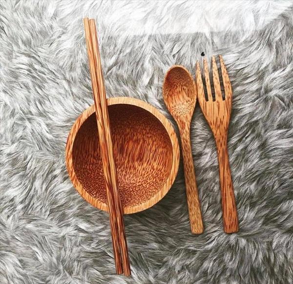 Không chỉ có thìa đũa bằng gỗ mà ngay cả bát cũng bằng gỗ