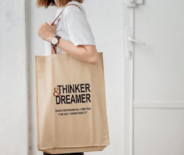 Một chiếc túi vải sẽ bền và chắc chắn hơn túi nilon