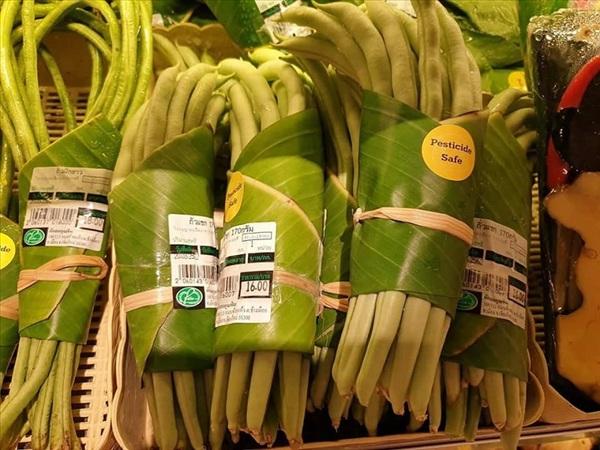 Những bó rau, chùm quả được bó bằng lá gọn gẽ, đẹp mắt