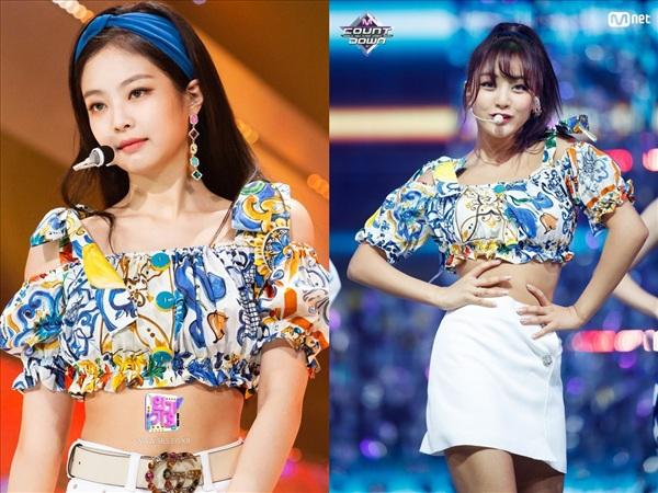 Cùng diện chiếc áo croptop họa tiết với tay bồng, Jennie (Black Pink) kết hợp cùng quần short trắng còn Jihyo (TWICE) nữ tính với váy denim trắng. Có cách mix & match khá tương đồng nhau nhưng chỉ với chi tiết băng đô cùng màu với họa tiết trên áo, nhìn Jennie mang hơi hướng cổ điển hơn hẳn.