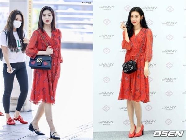 Không chỉ đụng hàng kiểu dáng váy, mà Joy (Red Velvet) và Sunmi còn có cách phối na ná nhau: diện túi xách đen và giày cao gót kiểu cổ điển đi kèm. Tuy nhiên, Joy được đánh giá là 'ăn điểm' hơn đàn chị khi có da có thịt hơn, trong khi Sunmi lại quá gầy.