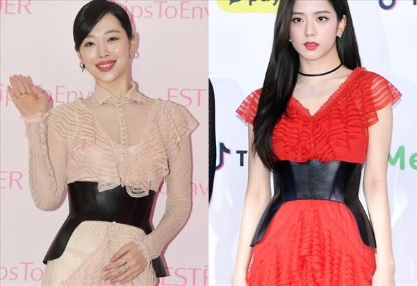 Chỉ với chi tiết rườm rà ngay phần cổ, Sulli đã 'thua đẹp' trước Jisoo (Black Pink) về khoản phối đồ. Thế nhưng, nhiều netizen nhận xét nếu diện váy cùng màu và bỏ phần cổ đi, chưa chắc Jisoo đã đánh bại được Sulli.