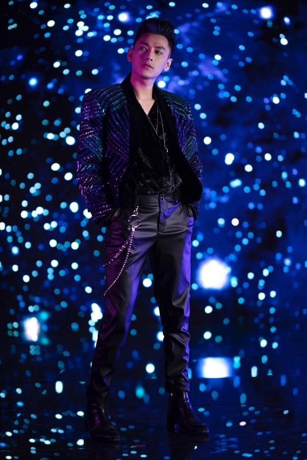Với loạt ảnh hậu trườngnày, fans cho rằng Isaac chuẩn bị tung một MV nhạc điện tử (EDM) hoặc dance với những bước nhảy vốn dĩ là 'thương hiệu' riêng.