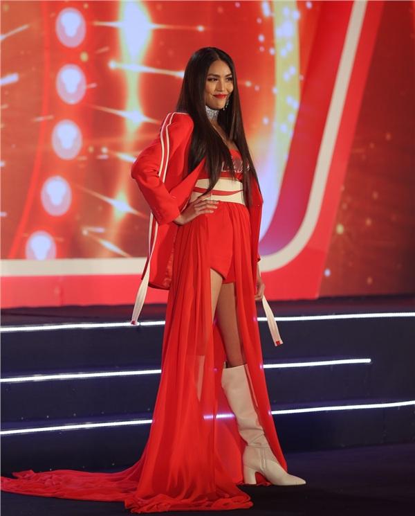 Tái xuất sàn diễn thời trang với vai trò vedette, Lan Khuê đã chiếm trọn spotlight của đêm diễn.
