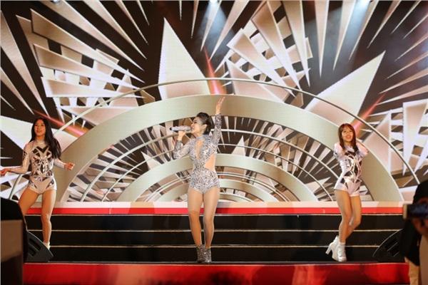 Bỏ ngoài tai tin đồn bầu bí, Lan Khuê tái xuất sàn diễn thời trang với vai trò vedette 8
