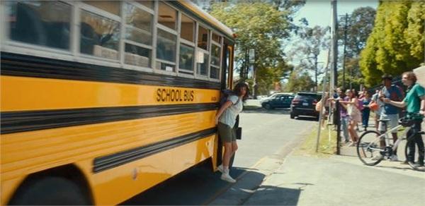 Vừa đặt bước chân đầu tiên tới ngôi trường mới, cô bé hậu đậu đã gặp ngay tình huống oái ăm: kẹp balo vào cửa xe bus.